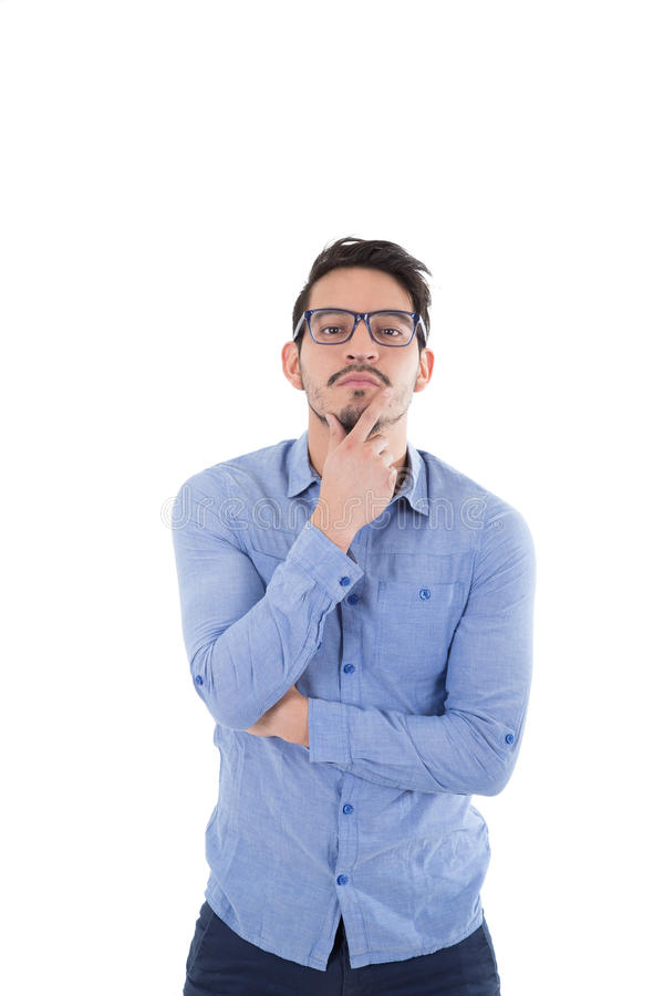 Νέο ισπανικό άτομο με το μπλε πουκάμισο και τα γυαλιά στοκ εικόνες
