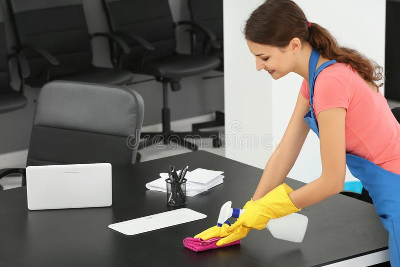 Νέο καθαρίζοντας γραφείο γυναικών στοκ εικόνες