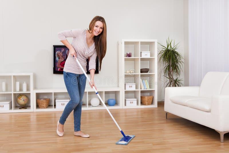 Νέο καθαρίζοντας πάτωμα γυναικών στοκ φωτογραφίες