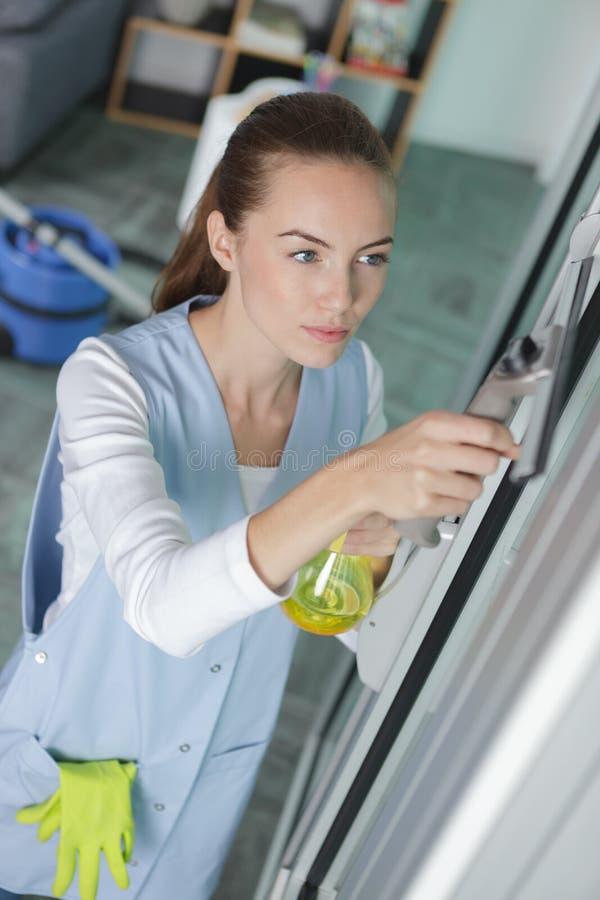 Νέο καθαρίζοντας παράθυρο γυναικών στοκ φωτογραφία με δικαίωμα ελεύθερης χρήσης