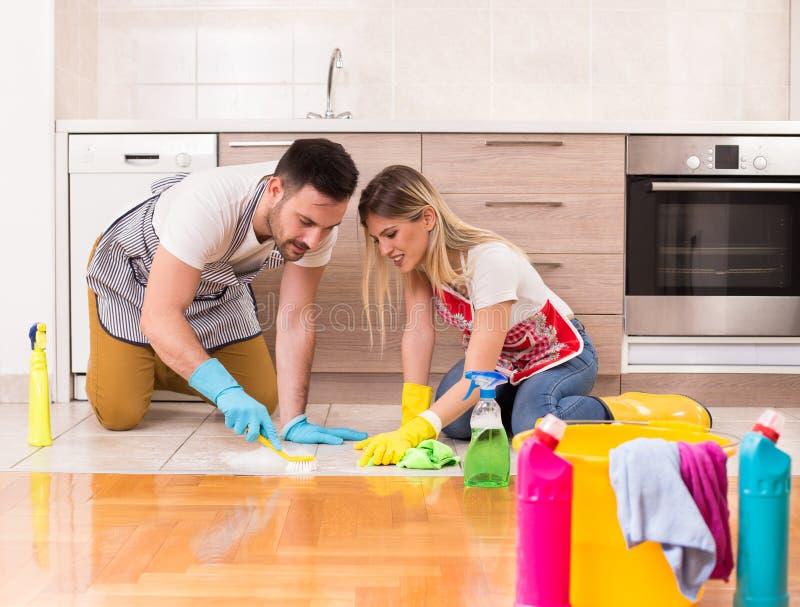 Νέο καθαρίζοντας σπίτι ζευγών από κοινού στοκ φωτογραφία με δικαίωμα ελεύθερης χρήσης