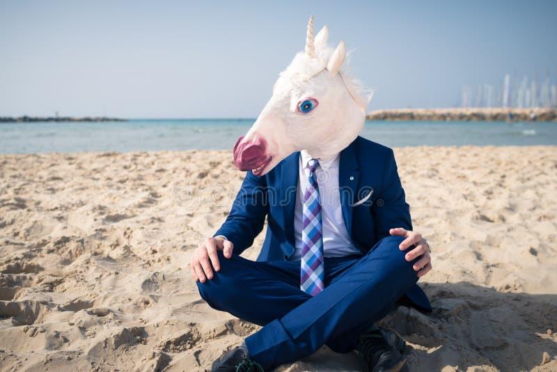 Νέο καθιερώνον τη μόδα άτομο στην αστεία μάσκα και κομψό κοστούμι στις διακοπές στοκ εικόνες
