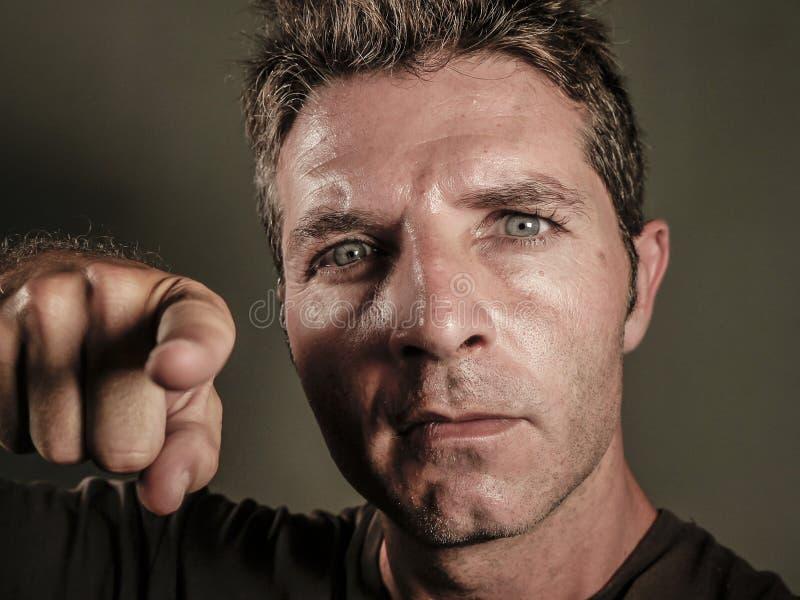 Νέο και άτομο που δείχνει με το δάχτυλο σαν επιπλήττοντας και κατηγορώντας σας στην οργή που αισθάνεται εξοργισμένο έντονο τρελλό στοκ φωτογραφία