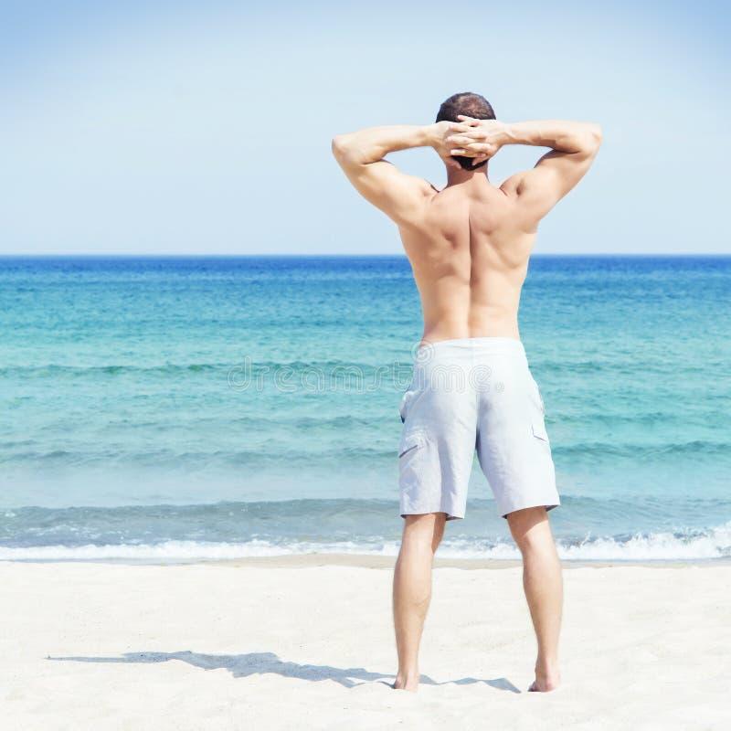 Νέο και όμορφο άτομο σε μια θερινή παραλία στοκ εικόνα με δικαίωμα ελεύθερης χρήσης