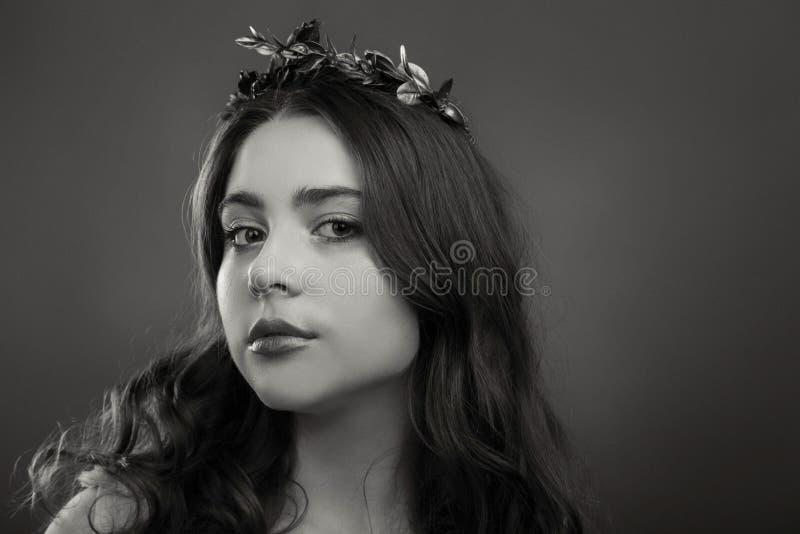 Νέο και όμορφο κορίτσι κατά τρόπο κομψό στοκ εικόνες με δικαίωμα ελεύθερης χρήσης