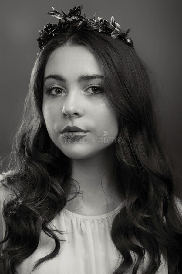 Νέο και όμορφο κορίτσι κατά τρόπο κομψό στοκ φωτογραφίες