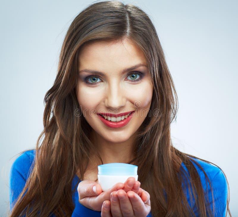 Νέο καλλυντικό φροντίδας δέρματος λαβής γυναικών Καθαρό δέρμα Θηλυκό ομορφιάς στοκ φωτογραφίες με δικαίωμα ελεύθερης χρήσης