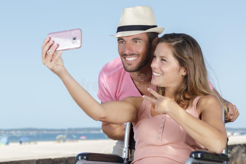 Νέο καλό ζεύγος που παίρνει selfie υπαίθρια στοκ εικόνα με δικαίωμα ελεύθερης χρήσης