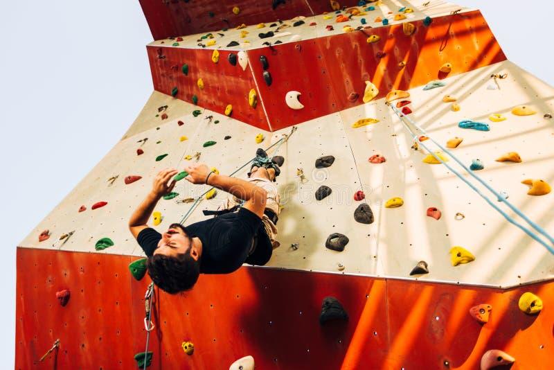 Νέο κατέβασμα ορειβατών του τεχνητού τοίχου στοκ εικόνα με δικαίωμα ελεύθερης χρήσης