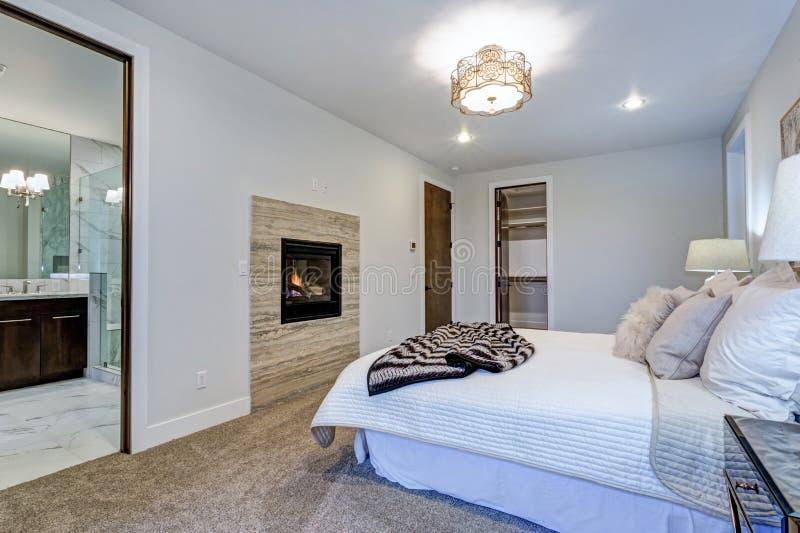 Νέο κατασκευασθε'ν επί παραγγελία σπίτι πολυτέλειας με την άσπρη κύρια κρεβατοκάμαρα στοκ φωτογραφίες