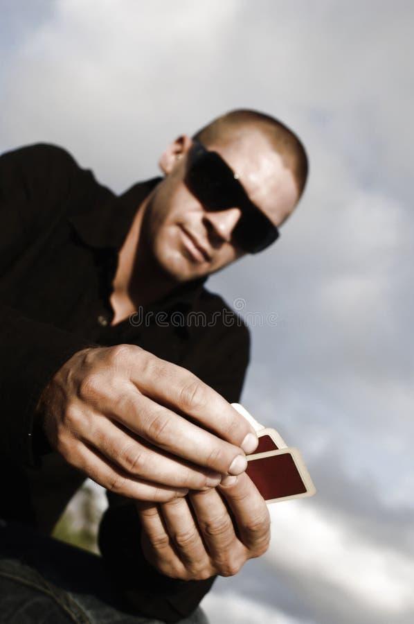 Νέο καυκάσιο άτομο με τις κάρτες έξω στοκ εικόνες