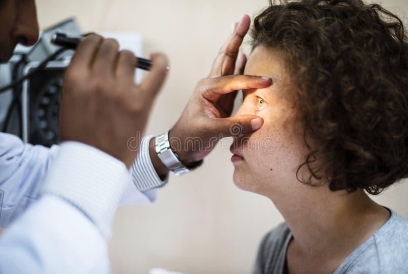 Νέο καυκάσιο κορίτσι που παίρνει μια εξέταση ματιών στοκ φωτογραφία