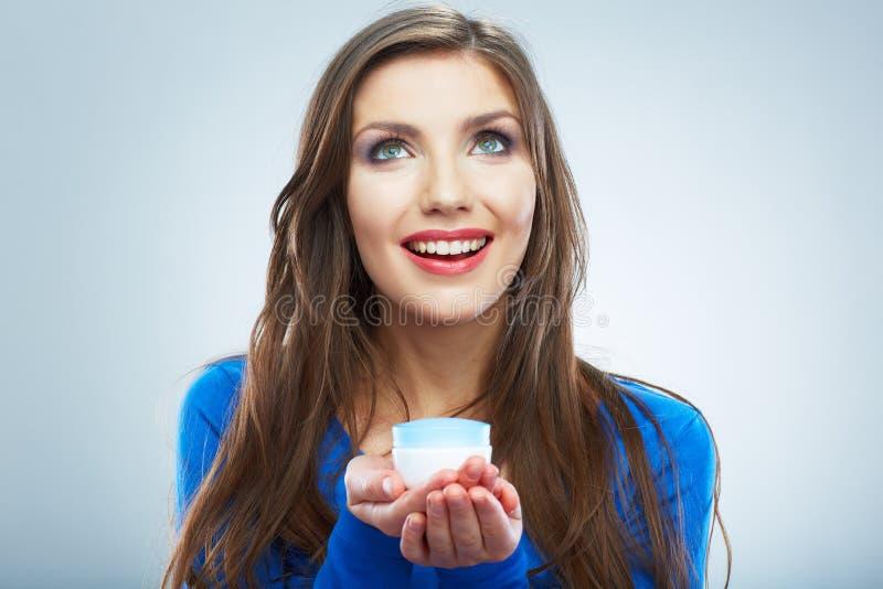 Νέο καλλυντικό φροντίδας δέρματος λαβής γυναικών Καθαρό δέρμα Θηλυκό ομορφιάς στοκ φωτογραφία με δικαίωμα ελεύθερης χρήσης