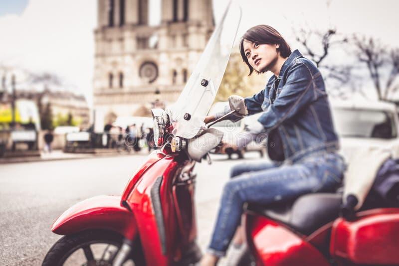 Νέο κινεζικό θηλυκό στο μηχανικό δίκυκλο στο Παρίσι στοκ εικόνες
