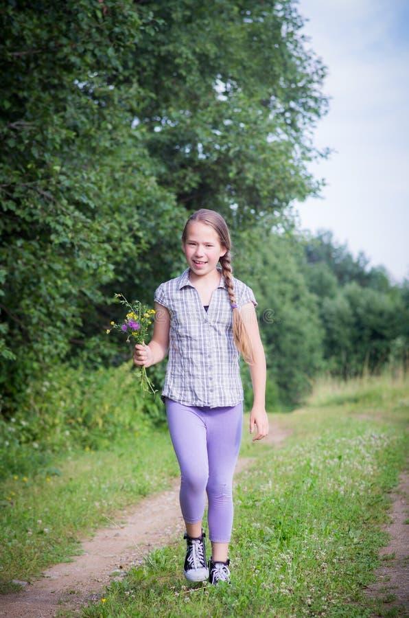 Νέο κορίτσι, έφηβος με τα άγρια λουλούδια στοκ εικόνες