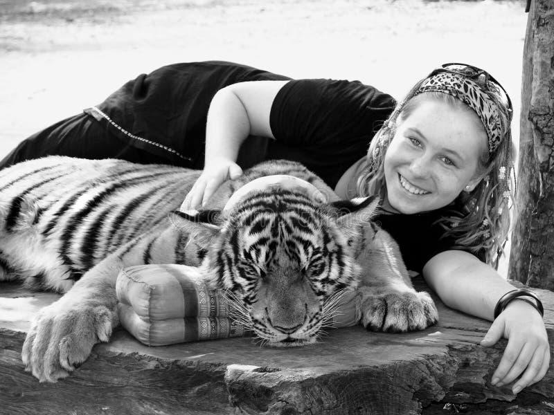 Νέο κορίτσι επάνω στενό με την τίγρη της Βεγγάλης διακοπές Ασία στοκ φωτογραφίες