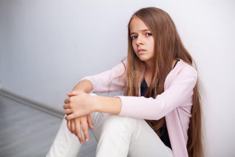 Νέο κορίτσι εφήβων που κοιτάζει με τη δυσπιστία και την αποστροφή στοκ φωτογραφία
