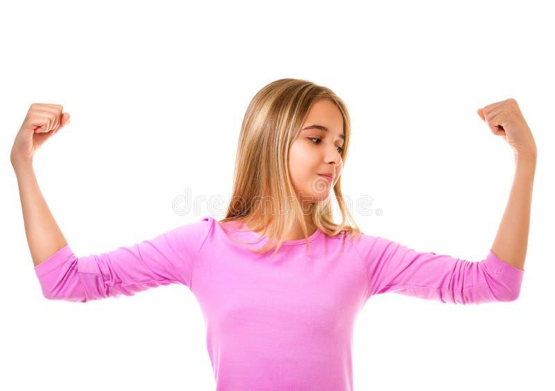 Νέο κορίτσι εφήβων που παρουσιάζει μυϊκό βραχίονά της τη θηλυκή και ανεξάρτητη δύναμη, που απομονώνεται για στοκ φωτογραφίες
