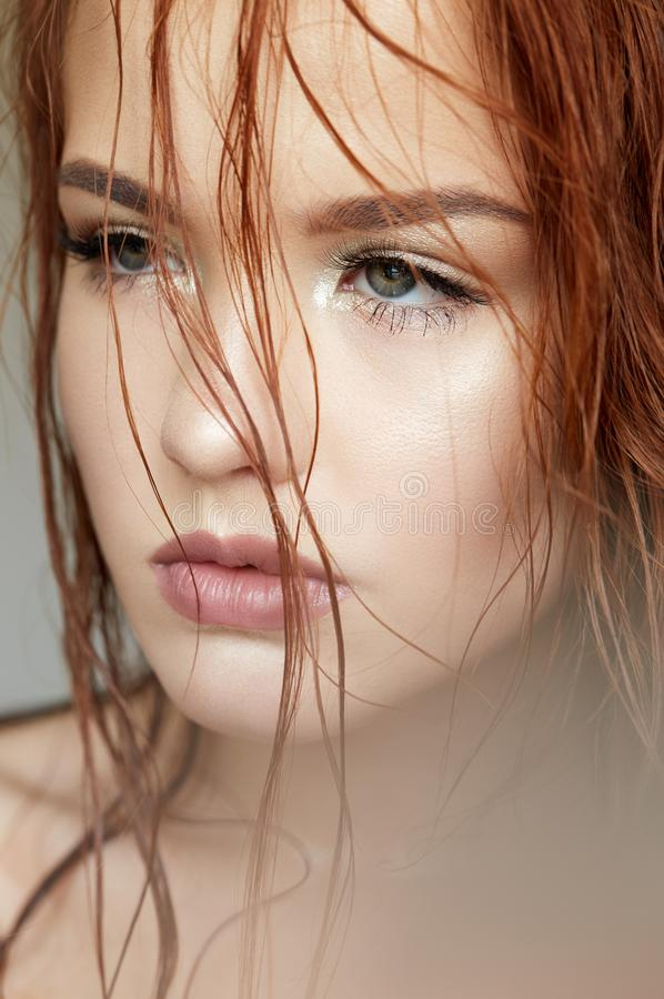 Νέο κορίτσι με έναν ευγενή τρόπο και μια κόκκινη τρίχα Όμορφο πρότυπο με το λάμποντας δέρμα και το nude makeup r r στοκ εικόνες