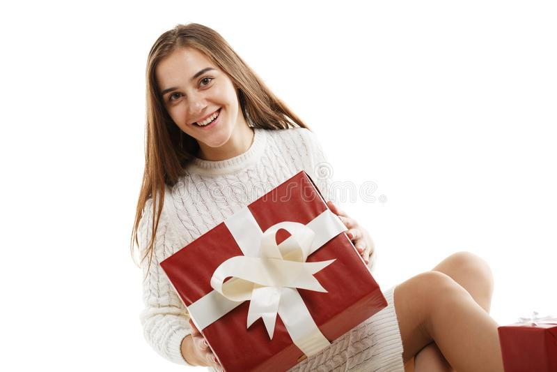 Νέο κορίτσι με ένα κόκκινο δώρο και μια άσπρη κορδέλλα, που απομονώνεται στο άσπρο υπόβαθρο στοκ εικόνες