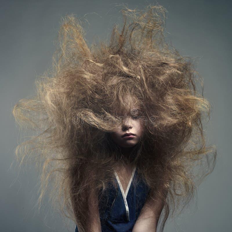 Νέο κορίτσι με ένα μοντέρνο hairstyle όγκου στοκ φωτογραφία με δικαίωμα ελεύθερης χρήσης