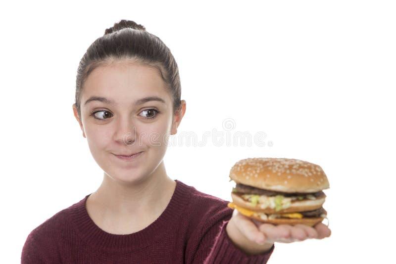 Νέο κορίτσι με ένα χάμπουργκερ στοκ εικόνες