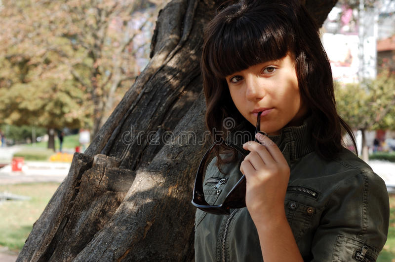 Νέο κορίτσι με τα γυαλιά ηλίου στοκ φωτογραφίες με δικαίωμα ελεύθερης χρήσης