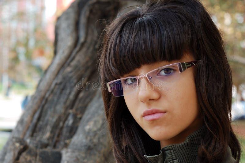 Νέο κορίτσι με τα γυαλιά στοκ φωτογραφία