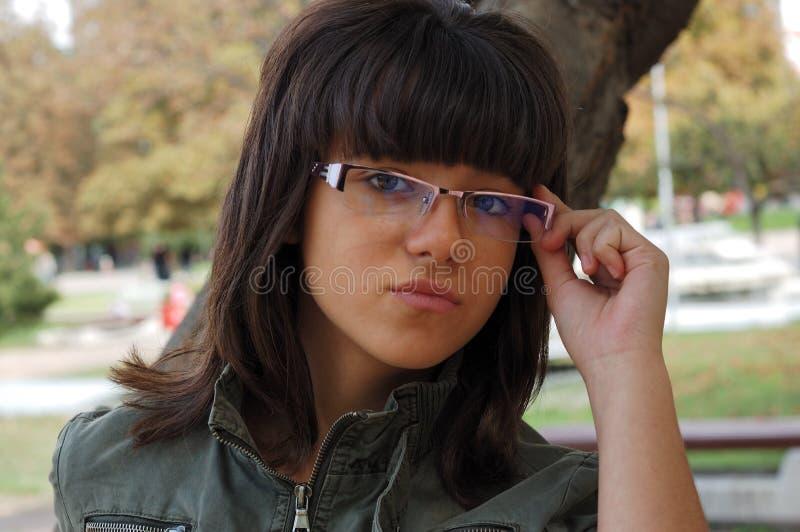 Νέο κορίτσι με τα γυαλιά στοκ φωτογραφία με δικαίωμα ελεύθερης χρήσης