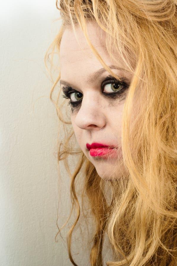 Νέο κορίτσι με τα μακριά ξανθά μαλλιά στοκ εικόνα