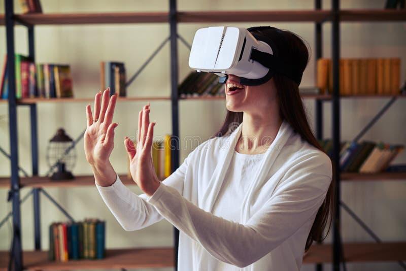 Νέο κορίτσι με τα μακρυμάλλη φορώντας γυαλιά VR στοκ εικόνα