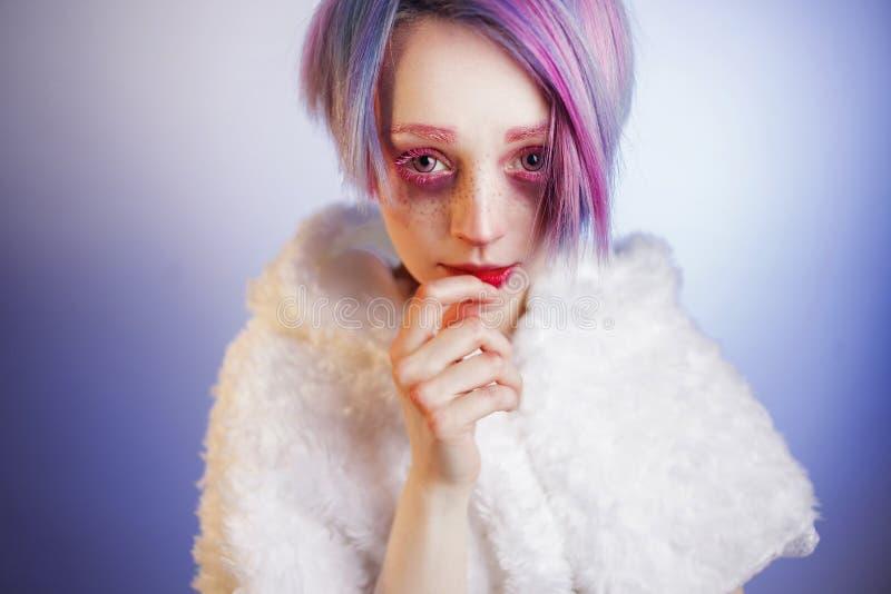 Νέο κορίτσι με τα ρόδινες μάτια και την τρίχα, όπως μια κούκλα στοκ φωτογραφία με δικαίωμα ελεύθερης χρήσης