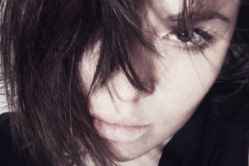 Νέο κορίτσι με τις φακίδες στο πρόσωπό της στοκ φωτογραφία