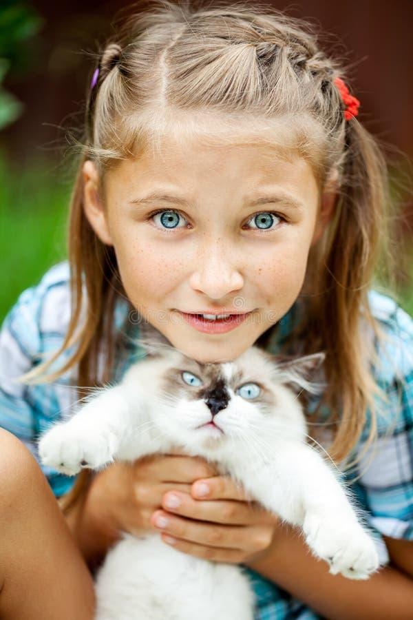 Νέο κορίτσι με το γατάκι στο πάρκο στοκ φωτογραφία