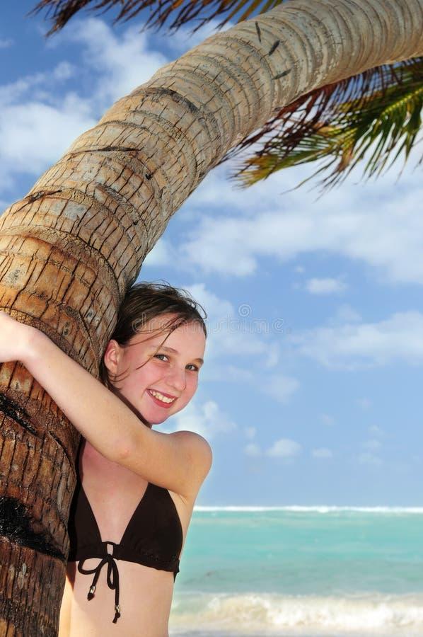 Νέο κορίτσι με το θαλασσινό κοχύλι στοκ φωτογραφία με δικαίωμα ελεύθερης χρήσης