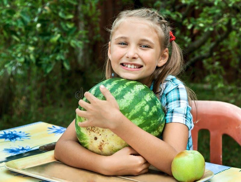 Νέο κορίτσι με το καρπούζι στοκ φωτογραφία με δικαίωμα ελεύθερης χρήσης