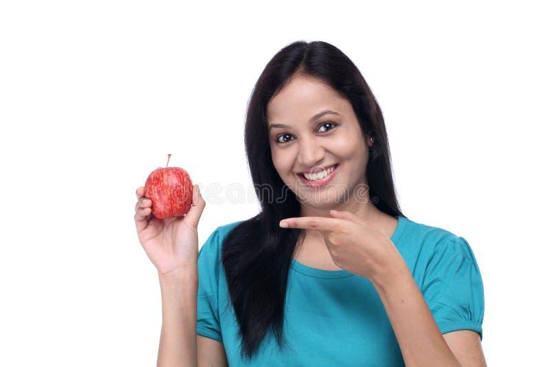 Νέο κορίτσι με το κόκκινο φρέσκο μήλο στοκ φωτογραφία με δικαίωμα ελεύθερης χρήσης