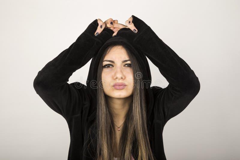 Νέο κορίτσι με το μαύρο με κουκούλα cardi στοκ φωτογραφία