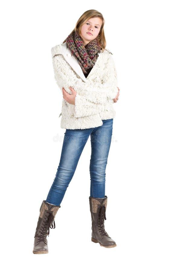 Νέο κορίτσι με το τζιν παντελόνι, το χειμερινό σακάκι και τις μπότες που στέκονται pos στοκ εικόνα με δικαίωμα ελεύθερης χρήσης