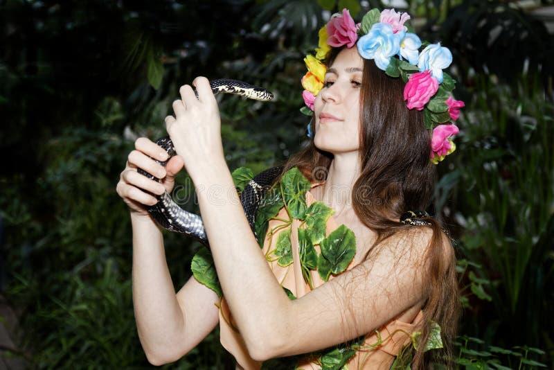 Νέο κορίτσι με το φίδι στοκ φωτογραφία