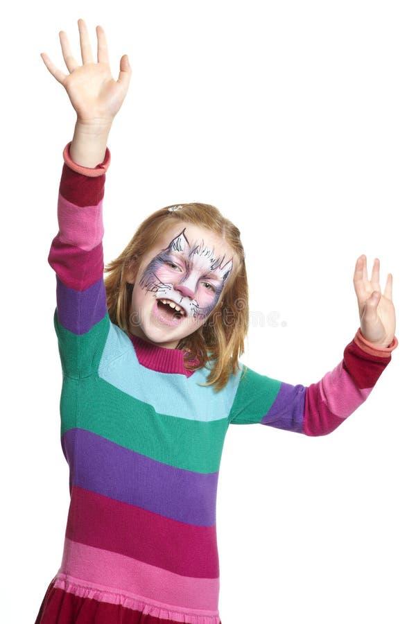 Νέο κορίτσι με το χαμόγελο γατών ζωγραφικής προσώπου στοκ φωτογραφία με δικαίωμα ελεύθερης χρήσης
