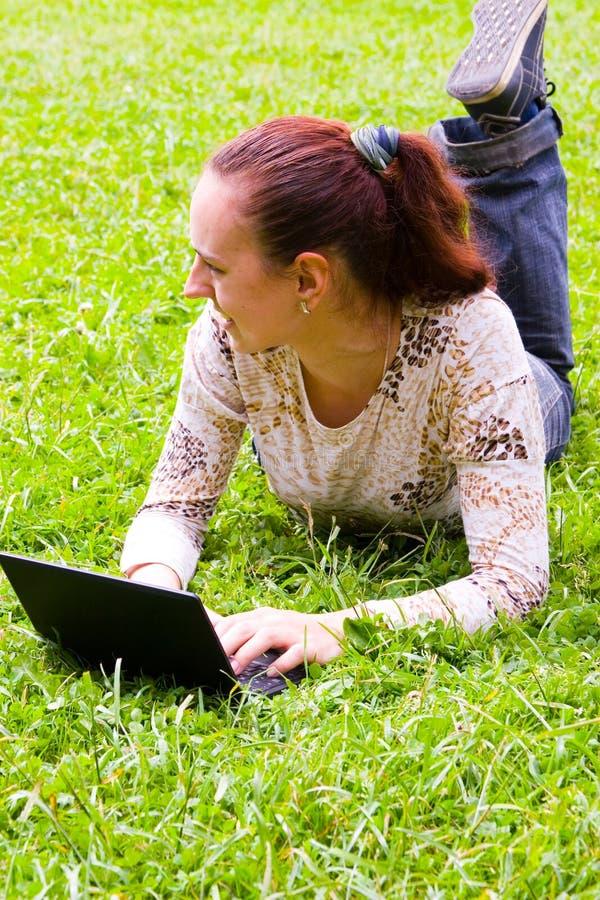 Νέο κορίτσι με το lap-top στοκ εικόνες