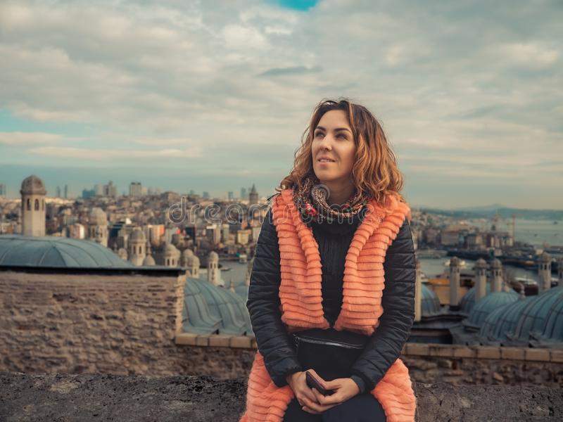 Νέο κορίτσι μπροστά από την παλαιά πόλη στοκ φωτογραφία με δικαίωμα ελεύθερης χρήσης