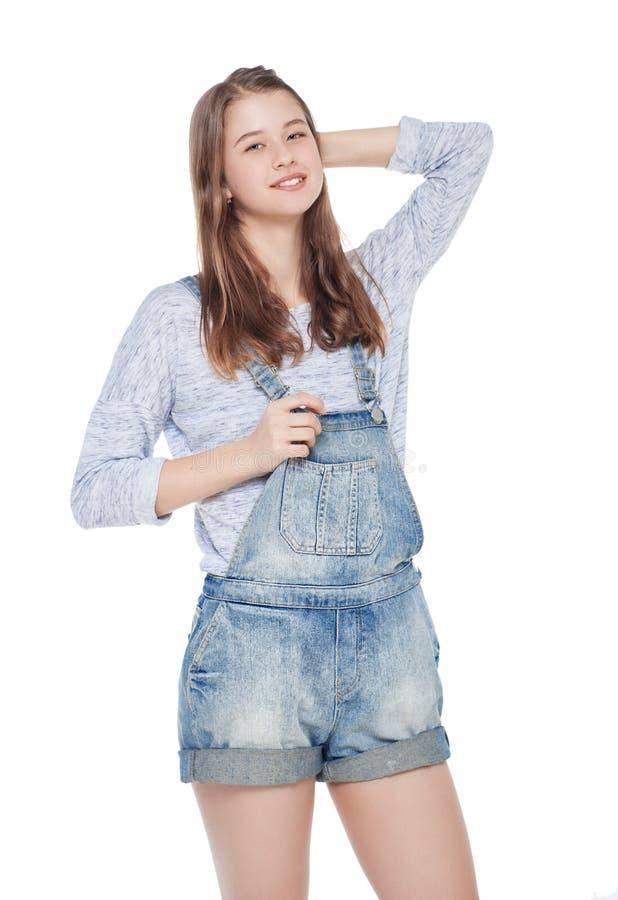 Νέο κορίτσι μόδας στην τοποθέτηση φορμών τζιν που απομονώνεται στοκ εικόνα με δικαίωμα ελεύθερης χρήσης