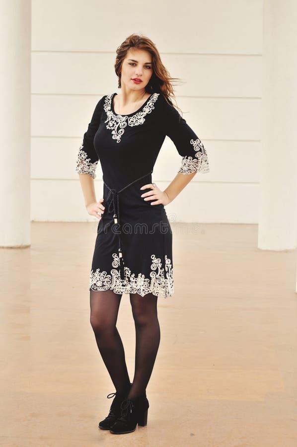 Νέο κορίτσι μόδας στοκ εικόνα με δικαίωμα ελεύθερης χρήσης