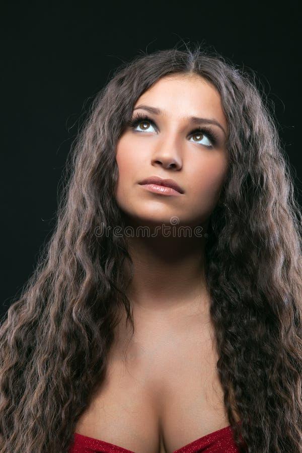 Νέο κορίτσι ομορφιάς με το μακρύ σγουρό τρίχωμα στοκ εικόνες με δικαίωμα ελεύθερης χρήσης