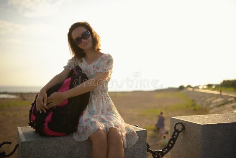Νέο κορίτσι ο ταξιδιώτης σε ένα φόρεμα και ένα σακίδιο πλάτης στοκ φωτογραφίες με δικαίωμα ελεύθερης χρήσης