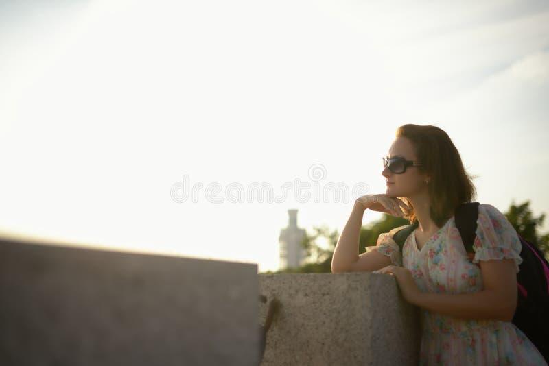 Νέο κορίτσι ο ταξιδιώτης σε ένα φόρεμα και ένα σακίδιο πλάτης στοκ εικόνες με δικαίωμα ελεύθερης χρήσης
