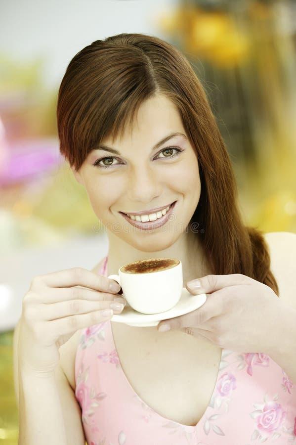 Νέο κορίτσι πορτρέτου με το άσπρο φλιτζάνι του καφέ πορσελάνης στοκ εικόνες