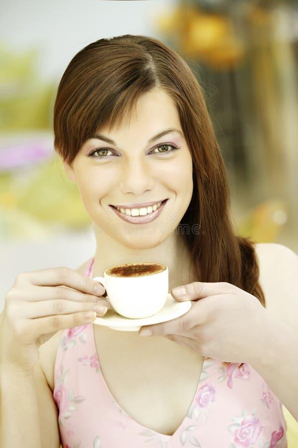 Νέο κορίτσι πορτρέτου με το άσπρο φλιτζάνι του καφέ πορσελάνης στοκ εικόνα